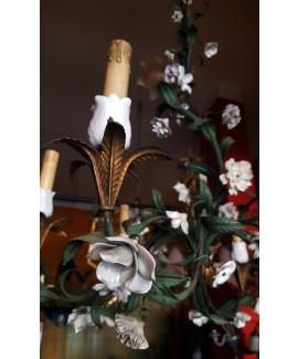 Lampadario in ferro verniciato con fiori in ceramica