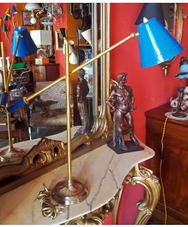 Lampada da tavolo in ottone con braccio laterale
